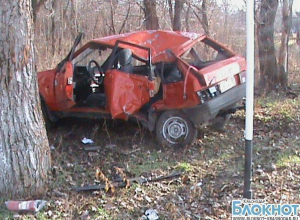 В Гулькевичах трое пострадали из-за наезда на дерево