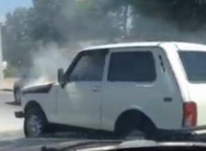 В Новороссийске во время движения загорелась «Нива», никто не помог водителю