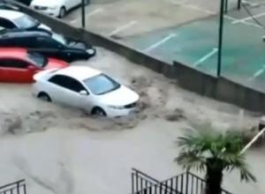В Сочи из-за проливных дождей размыло улицы