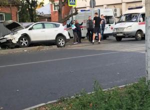 После столкновения с «крузаком» Toyota влетела в дерево в Краснодаре