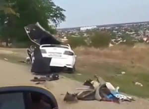 «Страшно даже смотреть»: в Крымске «легковушка» залетела под Тонар
