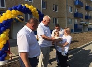 На Кубани 12 врачей и одна учительская семья получили новые квартиры