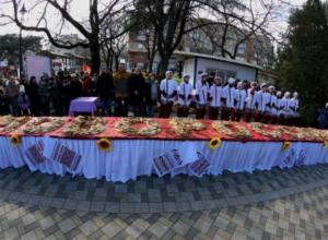 Пять тысяч блинов испекли в Новороссийске ради флешмоба