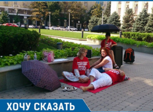 Дольщики «Рич Хаус» с чемоданами и сумками приехали жить к администрации Кубани