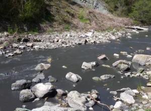 В Сочи почернела и завоняла речка Псахе