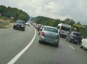 По дороге к морю около Джубги образовались огромные пробки, автомобилисты стоят по несколько часов