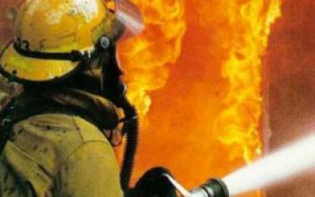 В Армавире пожар на складах с гофротарой охватил 300 м2
