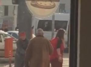 В Краснодаре танцующая девушка помешала старушке просить милостыню