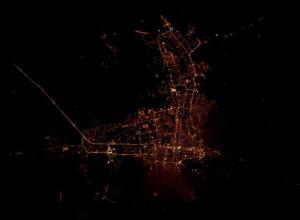 На космическом снимке ночного Краснодара город напоминает летящую птицу
