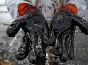 В Туапсе собирать нефтяные пятна становится сложней из-за шторма в море