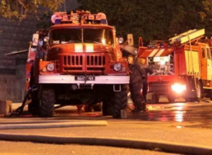 В Краснодарском крае охвачен огнем вагон с пиломатериалами