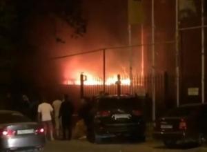В Краснодаре на улице Фадеева загорелся частный дом