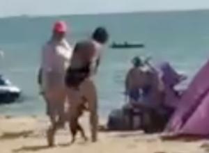 Кричащая матом женщина побила собаку при детях на пляже Анапы