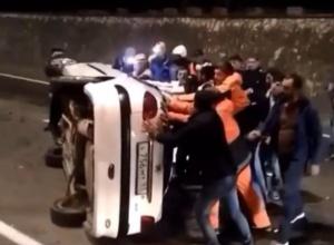 В Сочи упавший с моста автомобиль переворачивали «всем миром»