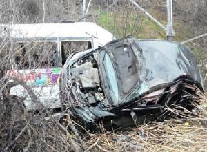 В Краснодаре микроавтобус и легковушка сорвались с моста на Северной