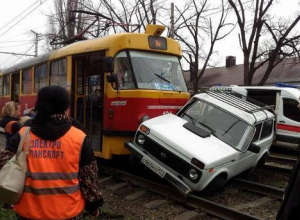 В Краснодаре трамвай снес Ниву