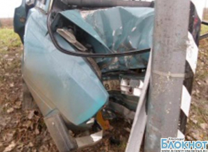 В Анапском районе автомобиль столкнулся с опорой линий электропередач