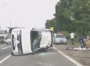 В массовом ДТП на Кубани столкнулись четыре автомобиля и автобус