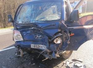 В Краснодарском крае иномарка въехала в автомобиль дорожной организации