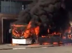 В Сочи сгорел пассажирский автобус, поставленный на ремонт в гараж