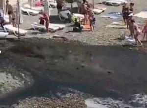 В администрации Сочи сказали, что мутный поток нечистот на пляже оказался питьевой водой