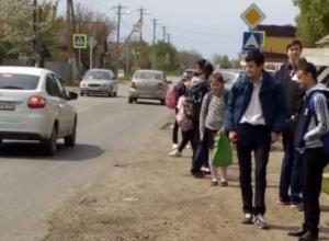 Из-за опасной остановки в Краснодаре школьники рискуют жизнью