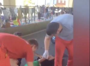 Таксист сбил мопедистку без шлема в Сочи