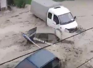 Жителей Туапсе напугали видео бурного потока, сносящего авто