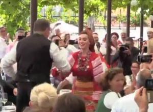 Появилось видео, где артисты Кубанского казачьего хора «зажигают» на свадьбе в Австрии
