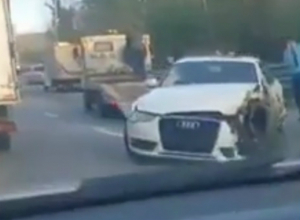 В Сочи мужчина разбил дорогую «Ауди» в столкновении с самосвалом на «встречке»