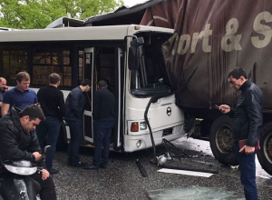 В ДТП с рейсовым автобусом в Сочи пострадали пять человек
