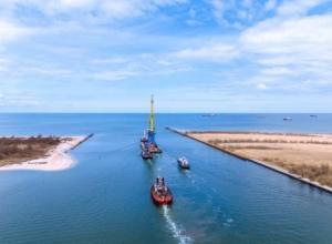 В Новороссийск по морю транспортировали три огромных крана