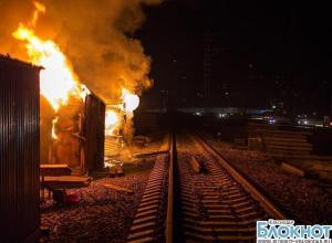 В Сочи более четырех часов тушили пожар в строительных вагончиках
