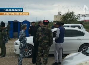 Люди в казачьей форме в Новороссийске захватили пляж