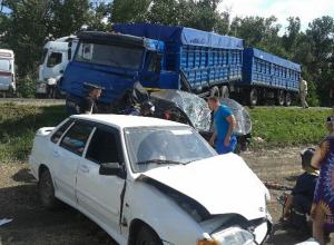 В Тимашевском районе «Камаз» столкнулся с несколькими легковушками