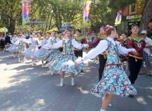 В Геленджике День города отпраздновали парадом невест