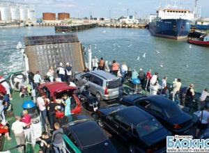 На Керченской переправе из-за сильного ветра ввели ограничения на перевозку транспорта
