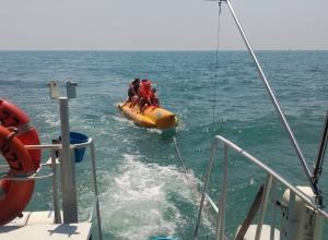 Росгвардейцы спасли уплывающих на «банане» туристов в Сочи