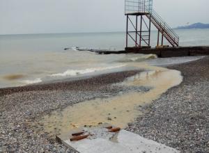 Сочи готовится к курортному сезону мутным потоком, стекающим в море