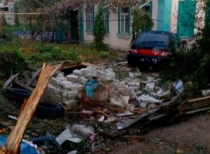 Lada протаранила дом в Краснодаре, едва не сбив людей