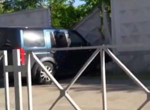 Джип влетел в бетонную стену в Краснодаре