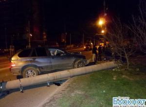 В Краснодаре «БМВ» столкнулся с электроопорой: трое пострадавших