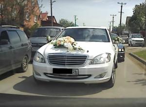 Свадебный кортеж с дерзкими водителями «на встречке» сняли на видео в Краснодаре