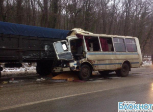 В Новороссийске при столкновении автобуса с КамАЗом пострадали трое