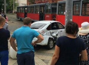 Трамвай протаранил «Ладу» с ребенком в Краснодаре