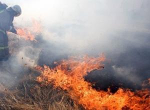 На огромном поле под Краснодаром загорелось сено