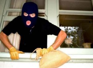 Грабитель на Кубани залез в дом, напал на бабушку и вырвал у нее из ушей серьги