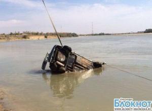 В Краснодаре водитель чудом остался жив после падения машины в Кубань