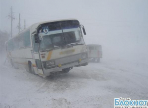 В Выселковском районе на трассе застрял рейсовый автобус с 40 пассажирами