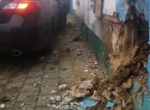 В Краснодаре Infiniti чуть не снес дом: здание теперь в аварийном состоянии